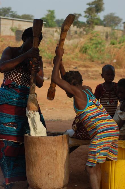 Donne che preparano la polenta