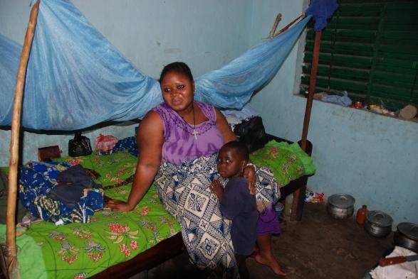 Una donna partoriente nella clinica di Madame Wolo