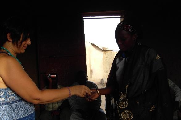 Luciana consegna il denaro